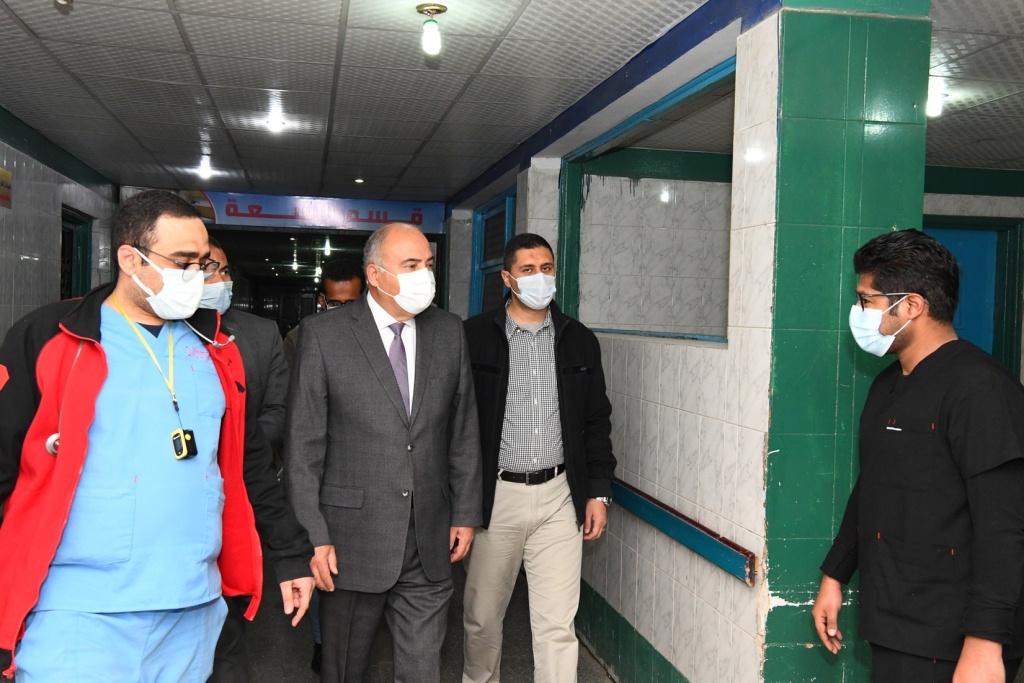 محافظ قنا خلال تفقده للمستشفى من الداخل  (1)