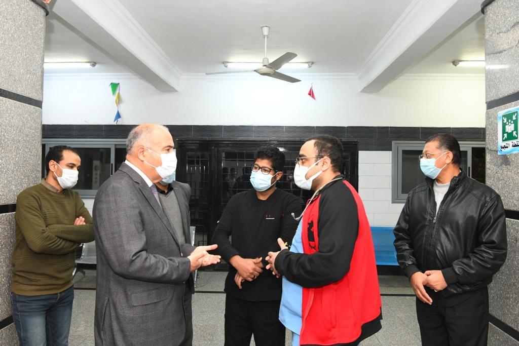 محافظ قنا خلال تفقده للمستشفى من الداخل  (2)