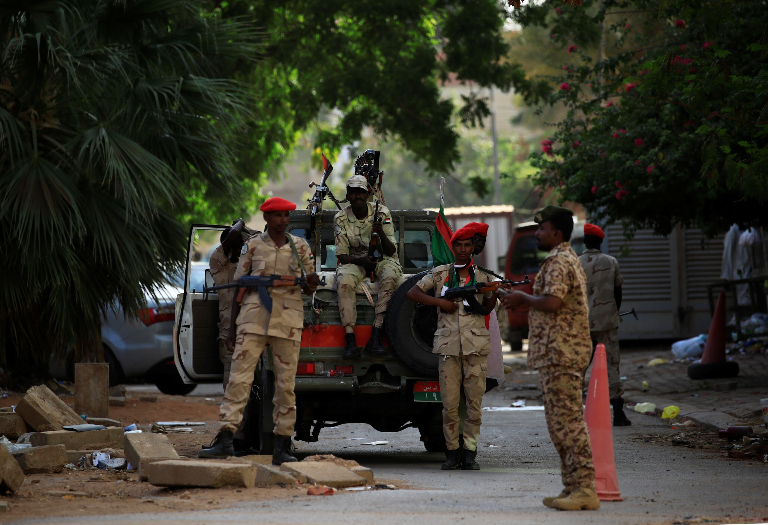 جنود سودان يؤمنون المكان