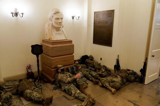 الحرس الأمريكى يفترش أرضية الكونجرس بعد أسبوع من الاقتحام (8)