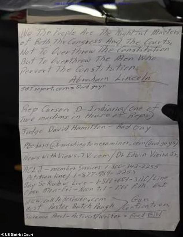 القبض على مؤيد لترامب بحوزته ذخيرة وأسلحة في سيارته خلال حصار الكونجرس.. صور  (7)