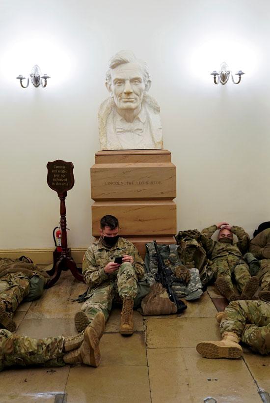 الحرس الأمريكى يفترش أرضية الكونجرس بعد أسبوع من الاقتحام (1)