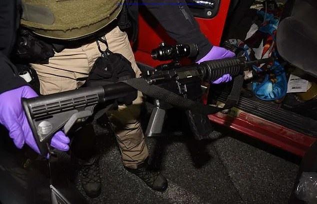 القبض على مؤيد لترامب بحوزته ذخيرة وأسلحة في سيارته خلال حصار الكونجرس.. صور  (6)