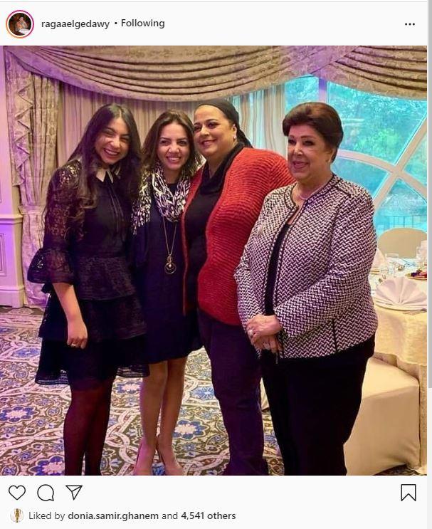 الفنانة الراحلة رجاء الجداوي بصحبة ابنتها أميرة وحفيدتها روضة في صورة من دولاب الذكريات