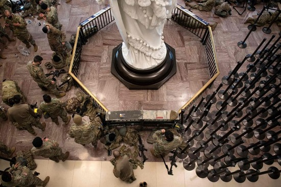 أعضاء من الحرس الوطني يستريحون في مركز زوار الكابيتول