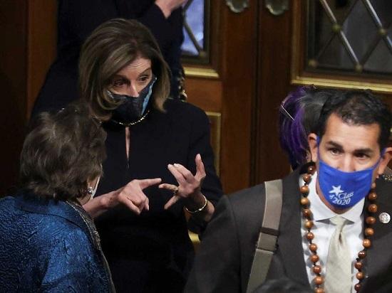 نانسي بيلوسي تتحدث إلى أعضاء مجلس النواب