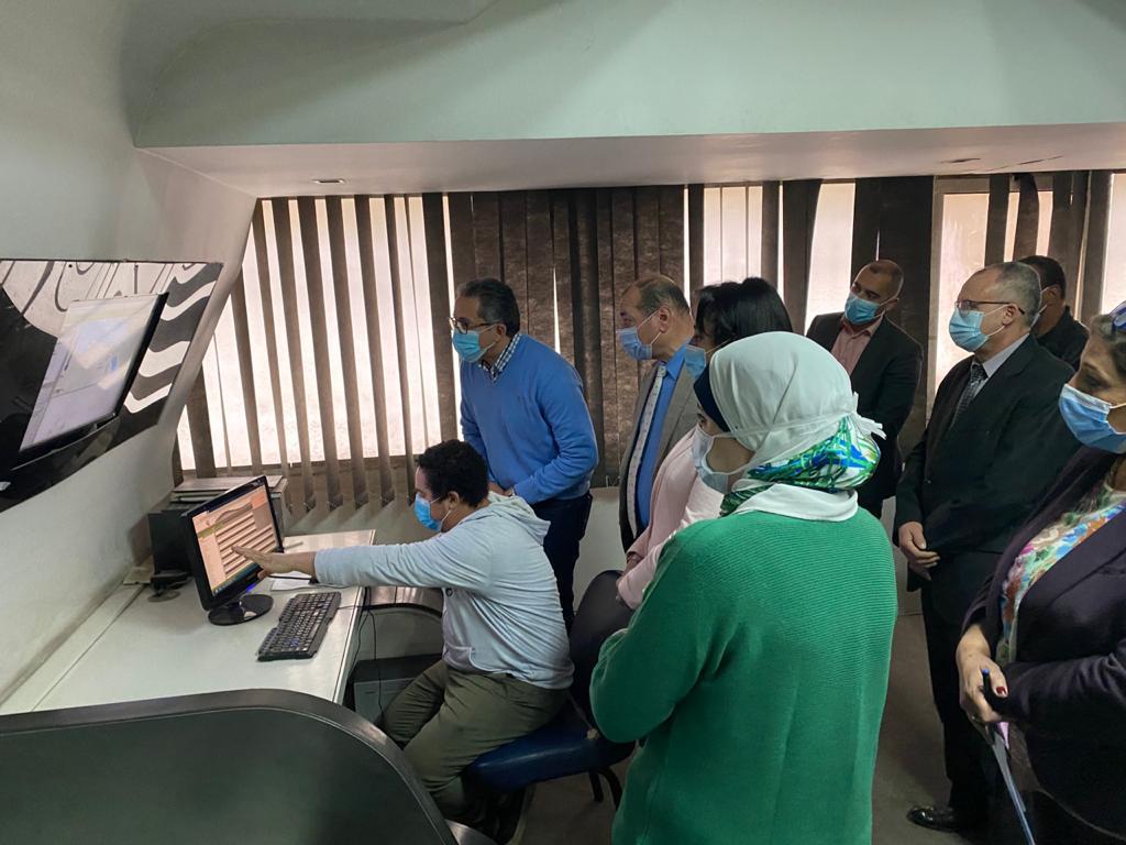 وزير السياحة والآثار يتفقد أعمال مركز تتبع المركبات السياحية GPS التابع للوزارة  (2)