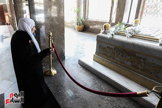 مسنة بضريح جمال عبد الناصر (2)