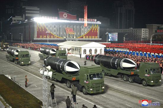 كوريا الشمالية تقيم استعراضا عسكريا فى بيونج يانج