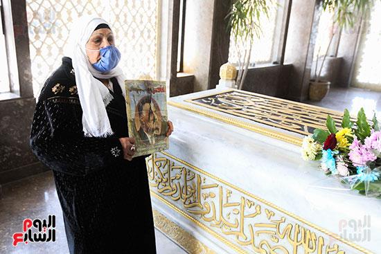 مسنة بضريح جمال عبد الناصر (5)