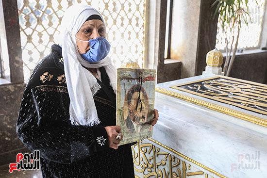 مسنة بضريح جمال عبد الناصر (6)