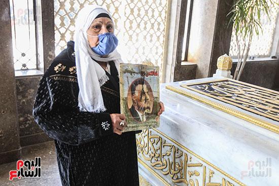 مسنة بضريح جمال عبد الناصر (4)