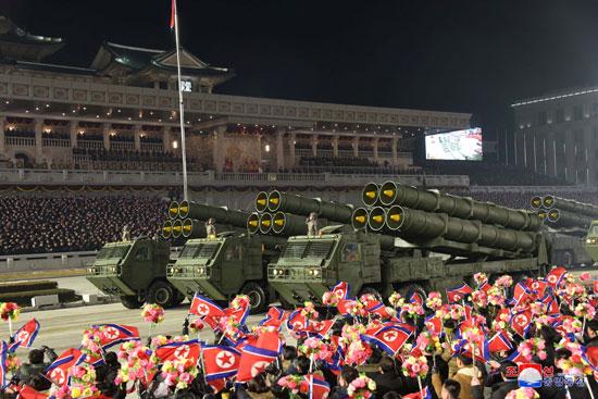 كوريا الشمالية تقيم استعراضا عسكريا فى بيونج يانج يحوى أسلحة متطورة (14)