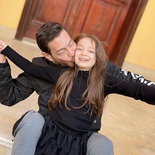 أحمد زاهر يقبل ابنته