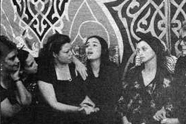 الفنانة شريهان خلال عزاء عمر خوشيد