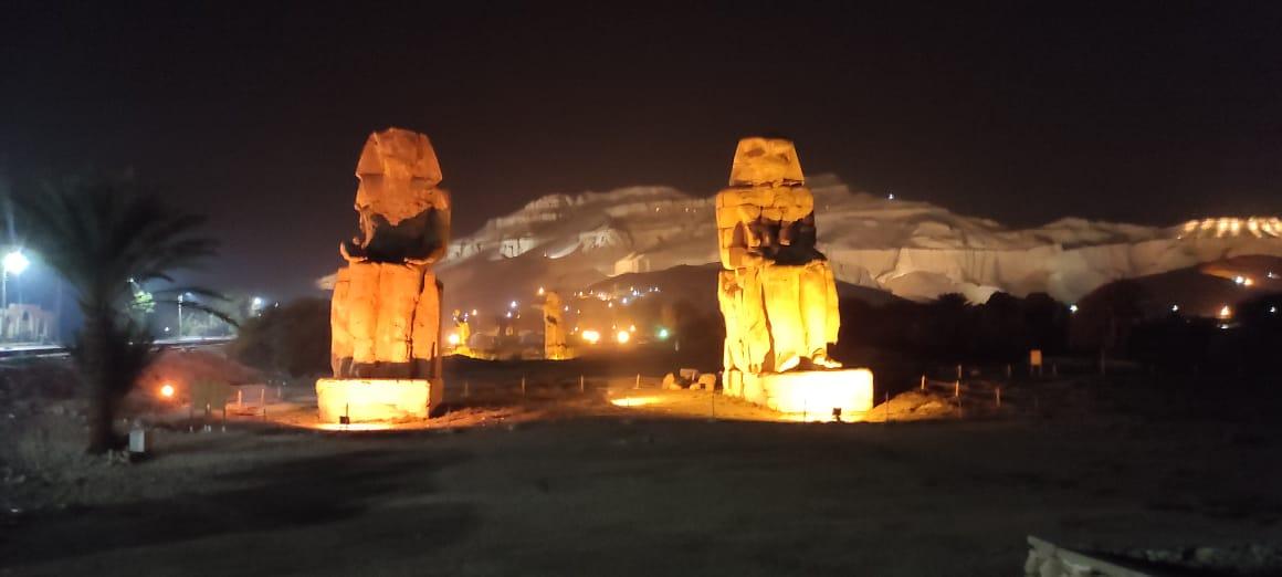 تمثالا ممنون حارسان عملاقان لمقابر ومعابد البر الغربى
