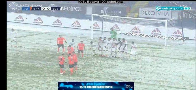 الثلوج تغي الملعب