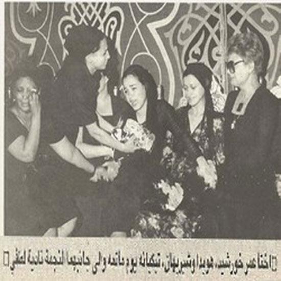 الفنانة نادية لطفى مع  اختا عمر خورسيد خلال العزاء