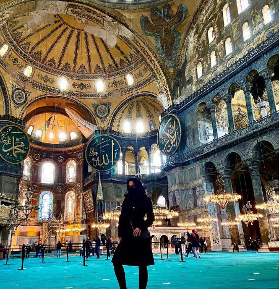 ممثلة اباحية من داخل مسجد أيا صوفيا