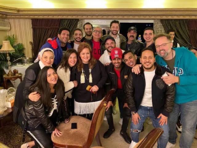 الفنانة دلال عبدالعزيز مع بناتها وعدد من الفنانين
