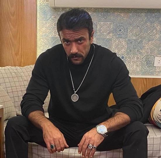 أحمد العوضى مرتدى إكسسوار من تصميم سالى