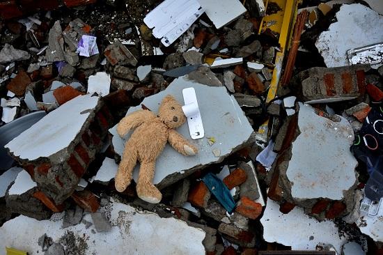 دمية بسبب زلزال إندونيسيا