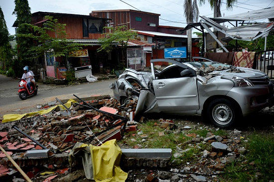 سيارة مدمرة بسبب الزلزال
