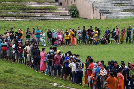 إندونيسيون يقدمون المساعدة لأسر الضحايا