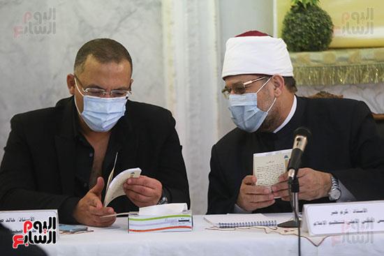 الكاتب خالد صلاح يطلع على إصدارات المجلس الاعلى للشئون الإسلامية التى أهداها له وزير الاوقاف