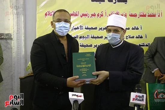 وزير الاوقاف يهدى موسوعة الثقافة الاسلامية لرئيس التحرير خالد صلاح