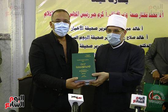 إهداء موسوعة الثقافة الإسلامية إحدى إصدارات المجلس الاعلى للشؤون الإسلامية لخالد صلاح رئيس التحرير