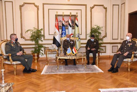 وزير الدفاع ورئيس الأركان يلتقيان رئيس هيئة الأركان اليونانى  (3)