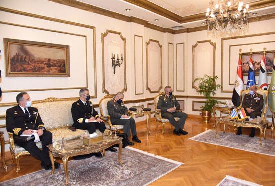 وزير الدفاع ورئيس الأركان يلتقيان رئيس هيئة الأركان اليونانى  (4)