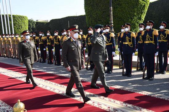 وزير الدفاع ورئيس الأركان يلتقيان رئيس هيئة الأركان اليونانى  (1)
