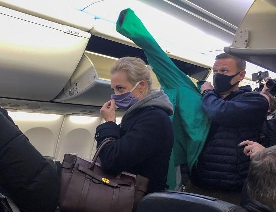 أليكسي نافالني في الطائرة