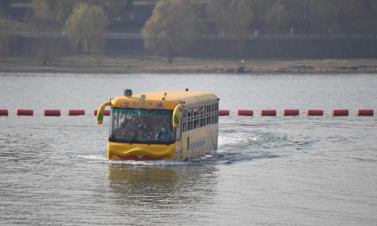 الحافلة فى الماء