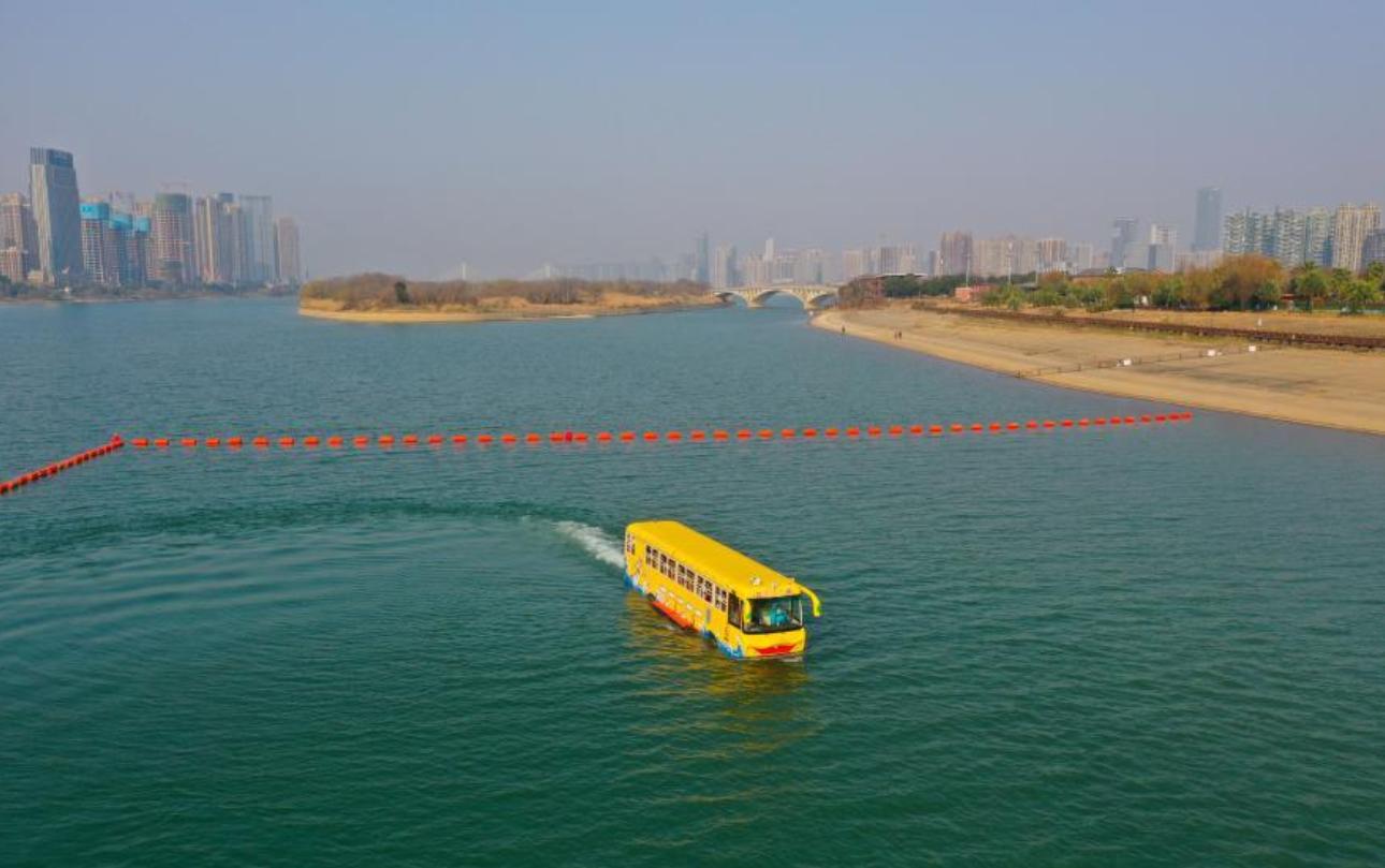 الحافلة تسير فى الماء