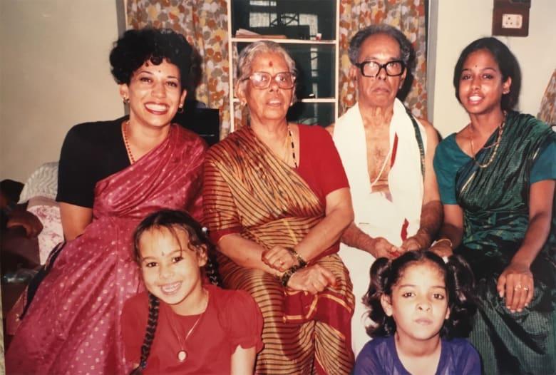 كامالا هاريس ترتدي الساري الهندي مع عائلتها