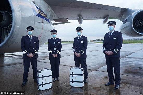 طاقم طائرة مع الحقائب