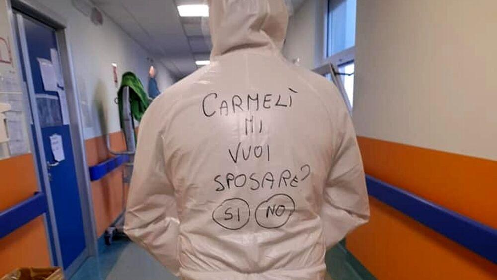 ممرض يطلب الزواج من زميلته بعرض على بدلته الوقائية بإيطاليا.. صورة