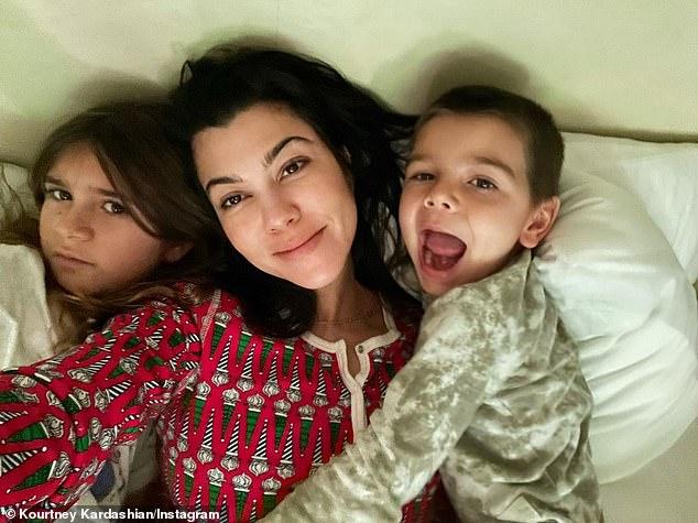 كورتني كاردشيان بصحبة طفليها