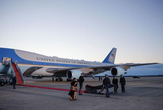 الطائرة الرئاسية تستعد لرحلة ترامب الأخيرة على متنها
