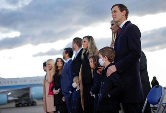 عائلة ترامب تصطف فى انتظار الرئيس وزوجته