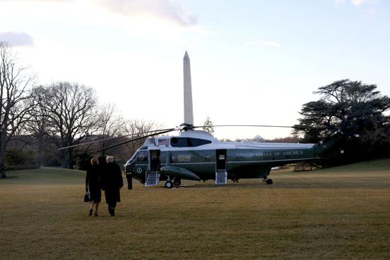 ترامب وميلانيا فى طريقهما للطائرة