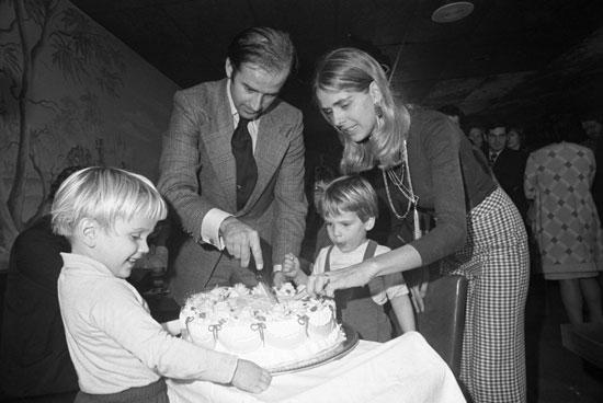 مع-زوجته-الأولى-وطفليه-اثناء-عيد-ميلاده-الثلاثين