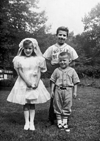 بايدن-مع-شقيقه-وشقيقته-فى-الطفولة
