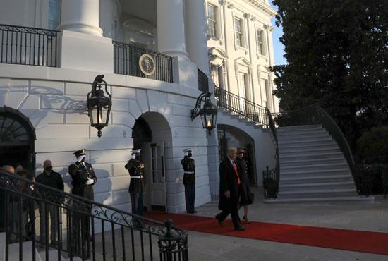 ترامب وزوجته ميلانيا يغادران البيت الأبيض