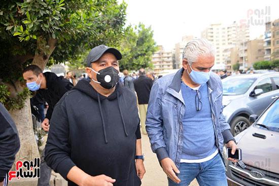 محمد فؤاد فى جنازة زوج شقيقته