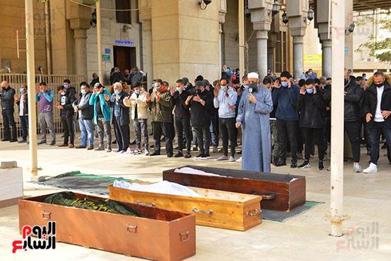صلاة الجنازة على زوج شقيقة المطرب محمد فؤاد