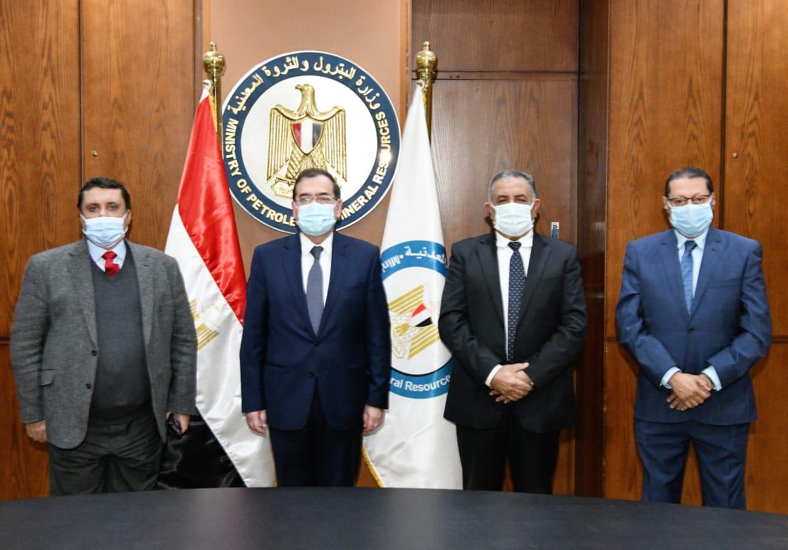 وزير البترول والثروة المعدنية عقب التوقيع مع ميداف المصرية